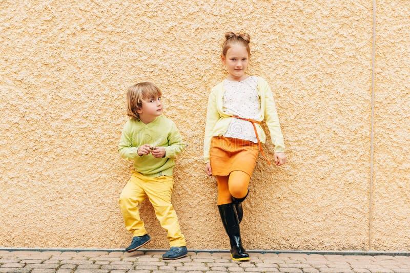 Retrato exterior de crianças adoráveis da forma imagem de stock royalty free