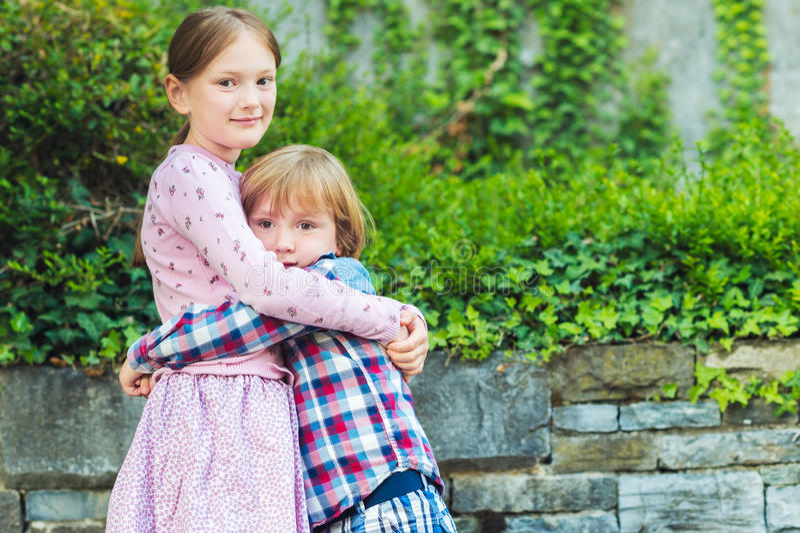 Retrato exterior de duas crianças adoráveis foto de stock