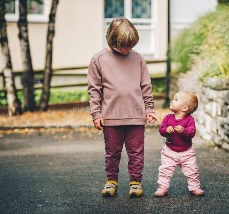 Retrato exterior de duas crianças engraçadas imagem de stock