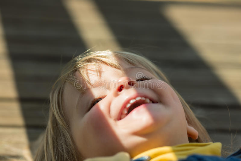 Retrato exterior de sorriso feliz do fim real louro caucasiano novo da menina dos povos do bebê imagem de stock royalty free