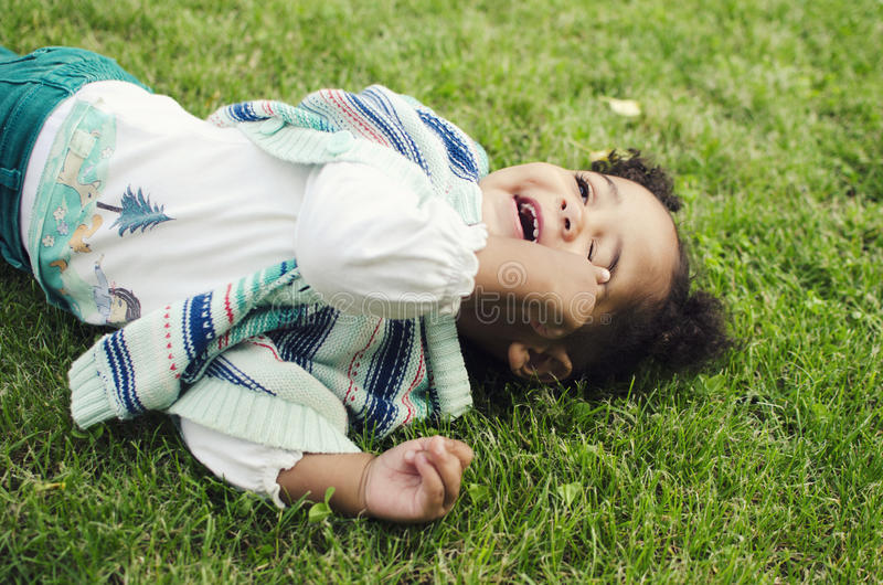 Retrato exterior de um bebê bonito imagem de stock