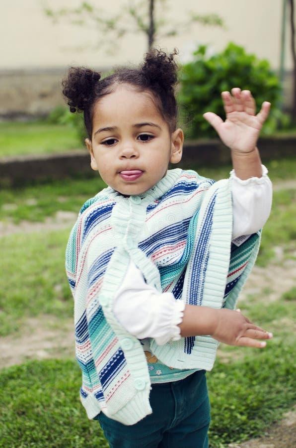 Retrato exterior de um bebê bonito fotos de stock
