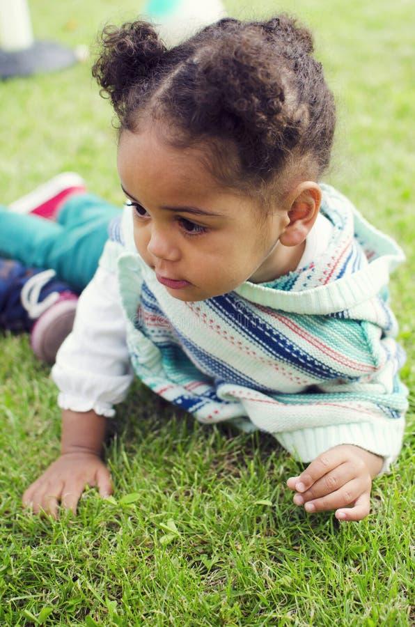 Retrato exterior de um bebê preto novo bonito foto de stock