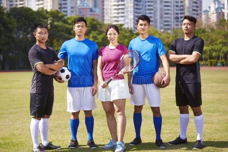 Retrato exterior de um grupo de atletas asiáticos novos imagem de stock royalty free