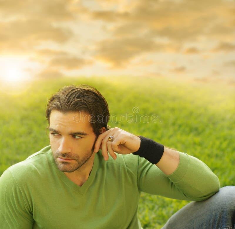 Homem com grama e céu imagem de stock
