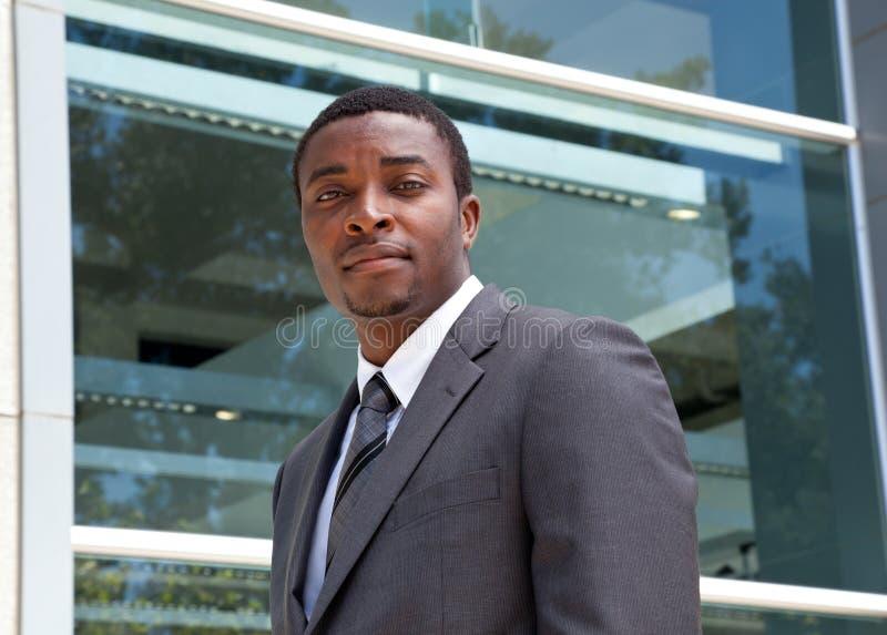 Retrato exterior de um homem de negócio africano fotografia de stock royalty free