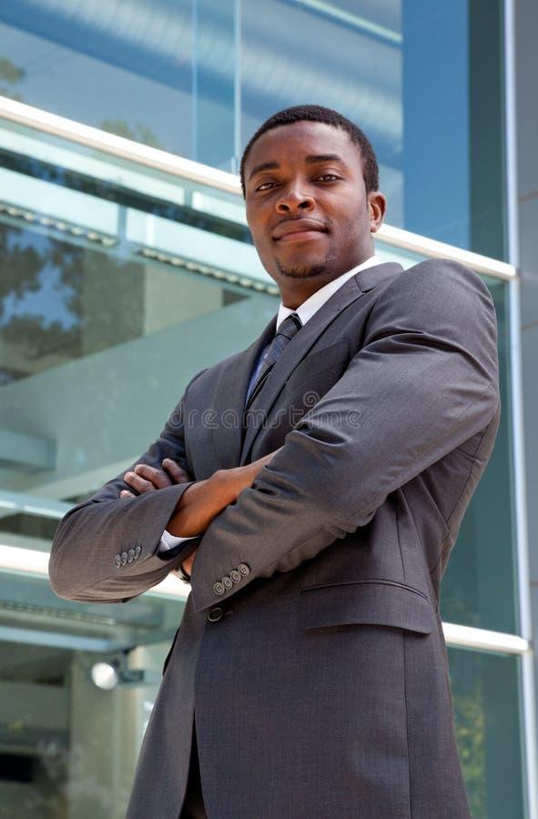 Retrato exterior de um homem de negócio africano fotos de stock royalty free