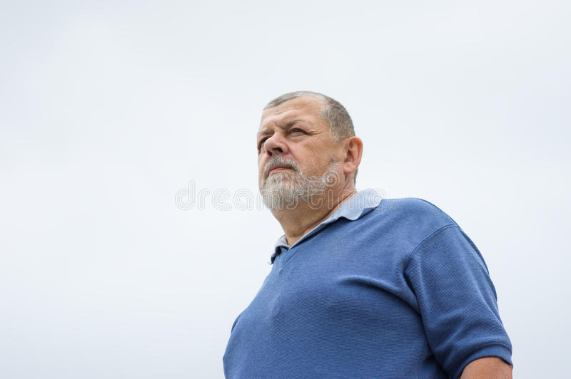 Retrato exterior de um homem superior farpado imagens de stock royalty free