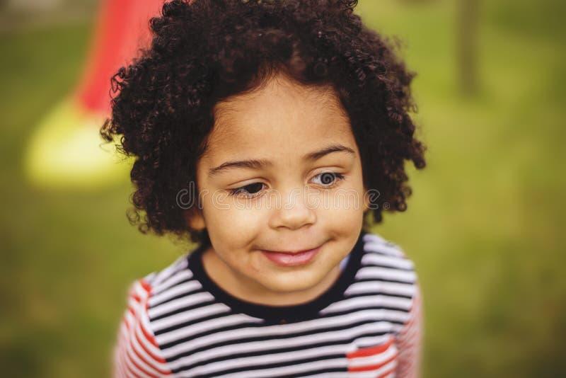 Retrato exterior de uma menina preta nova foto de stock
