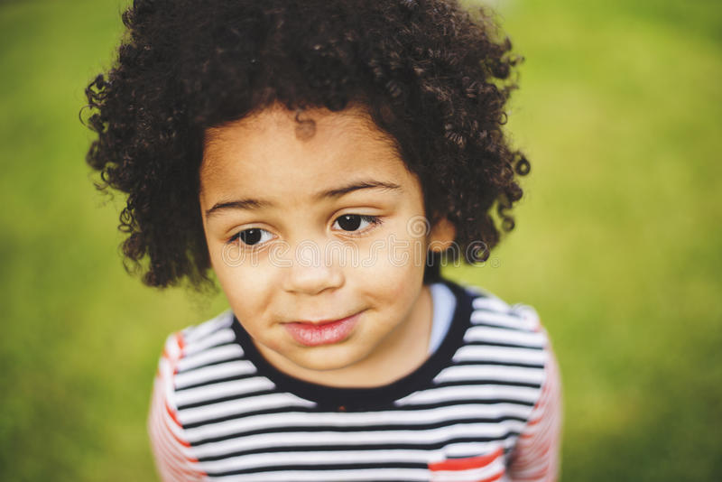 Retrato exterior de uma menina preta nova imagens de stock royalty free