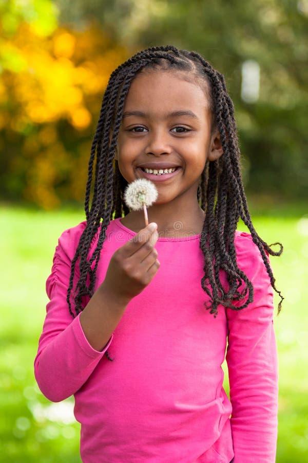Retrato exterior de uma menina preta nova bonito - pessoa africano imagens de stock royalty free