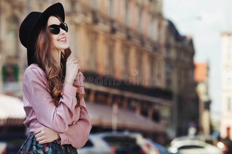 Retrato exterior de uma senhora feliz elegante bonita nova que levanta na rua Roupa à moda vestindo modelo Menina imagem de stock royalty free