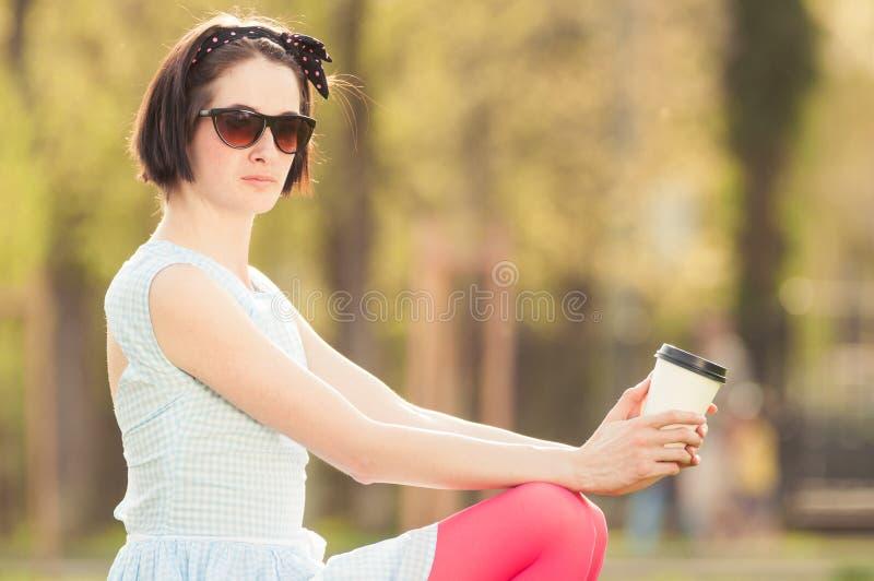 Retrato exterior do café bonito novo do enjoyng da mulher foto de stock royalty free
