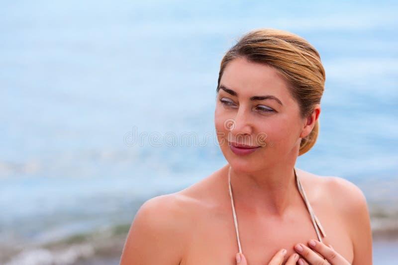 Retrato exterior do close up da forma da jovem mulher bonita fotografia de stock royalty free