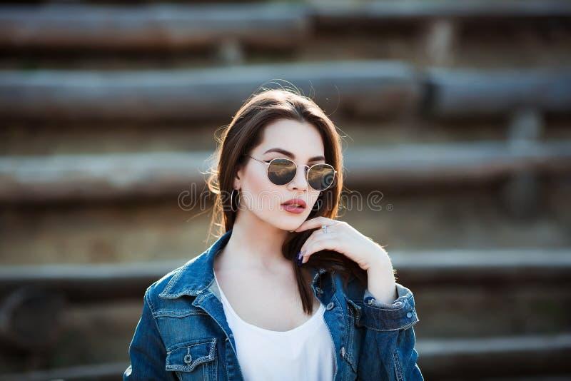 Retrato exterior do close up da forma da mulher bonita nova no dia ensolarado do verão na rua fotos de stock royalty free