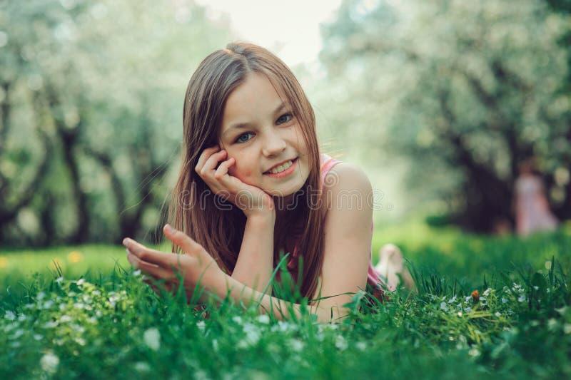 Retrato exterior do close up da mola de 11 anos adoráveis da menina idosa da criança do preteen imagem de stock royalty free