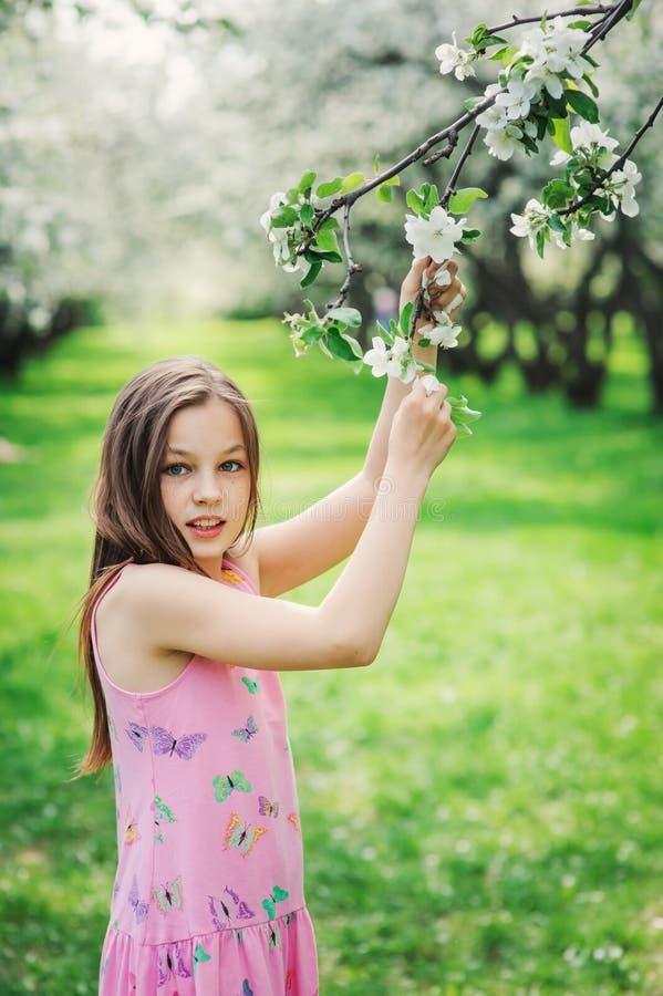 Retrato exterior do close up da mola de 11 anos adoráveis da menina idosa da criança do preteen imagens de stock