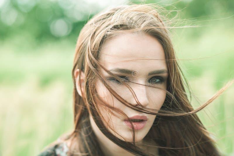 Retrato exterior do close up da mulher bonita fotos de stock