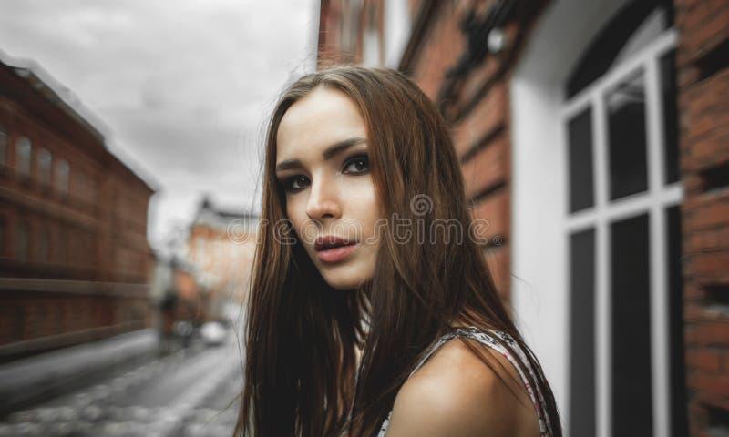 Retrato exterior do close up da mulher bonita fotografia de stock