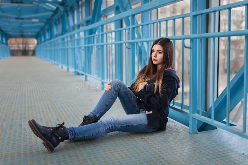 Retrato exterior do estilo de vida da forma da moça bonita, vestindo no fundo urbano do estilo do grunge dos ganhos do moderno Ci fotos de stock royalty free
