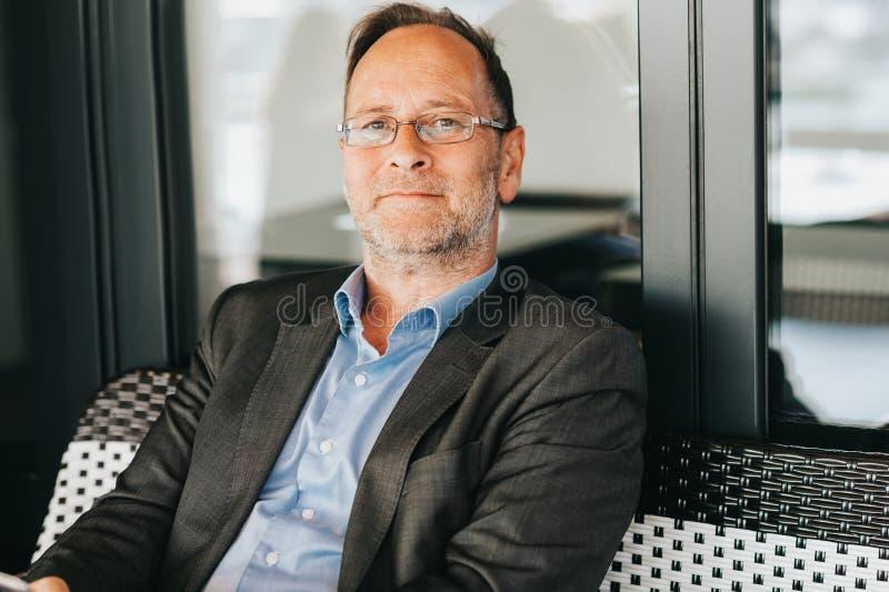 Retrato exterior do homem das pessoas de 50 anos foto de stock royalty free