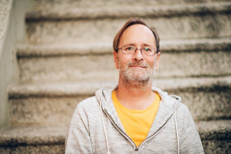 Retrato exterior do homem das pessoas de 50 anos fotos de stock royalty free