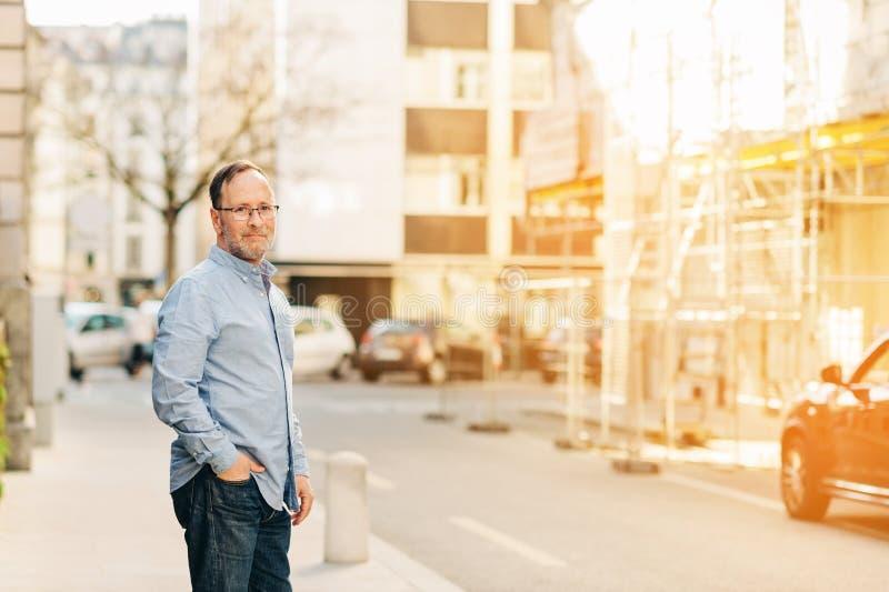 Retrato exterior do homem das pessoas de 50 anos fotografia de stock