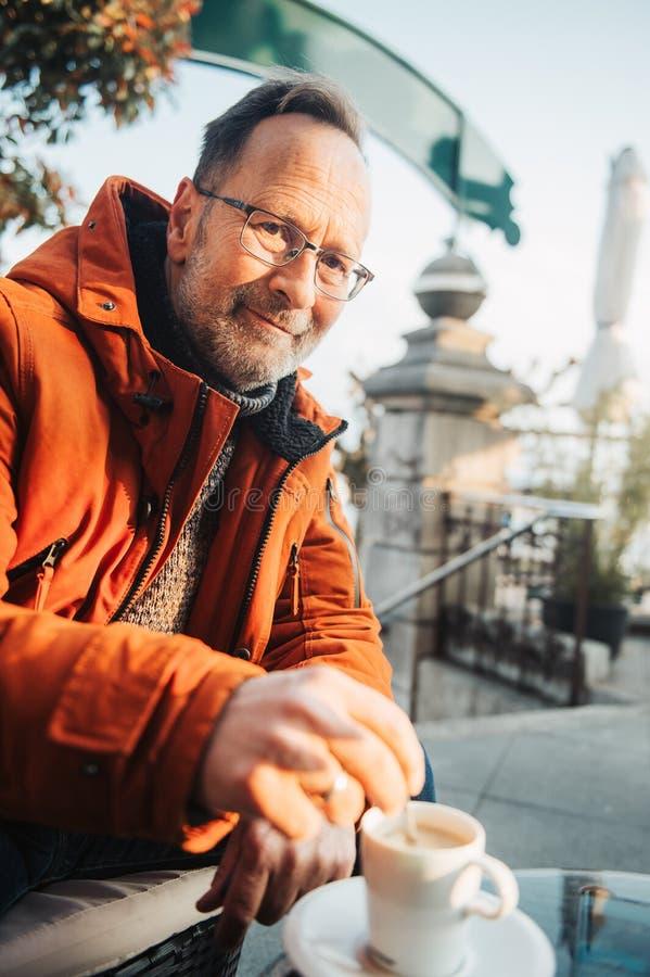 Retrato exterior do homem das pessoas de 50 anos imagem de stock royalty free