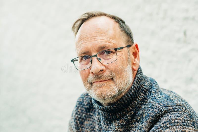 Retrato exterior do homem das pessoas de 50 anos imagem de stock