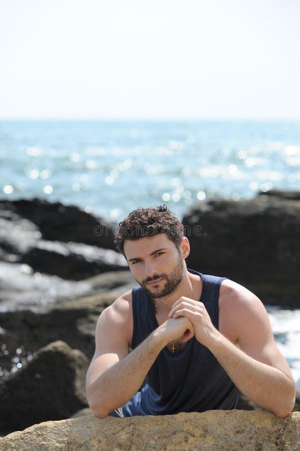 Retrato exterior do homem novo fotos de stock
