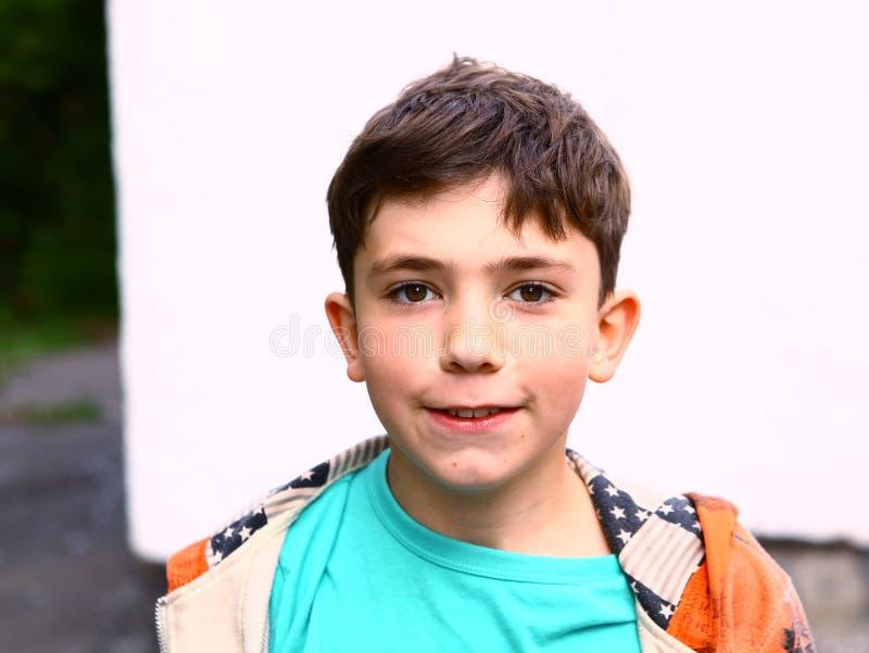 Retrato exterior do menino considerável do Preteen foto de stock royalty free