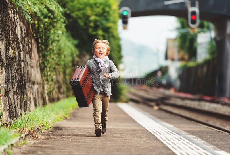 Retrato exterior do rapaz pequeno bonito fotografia de stock
