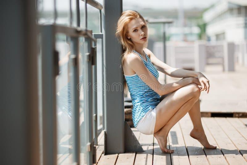 Retrato exterior do verão da mulher elegante no vestido agradável fotografia de stock royalty free
