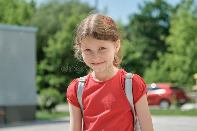 Retrato exterior do verão de uma menina de 9 anos imagem de stock royalty free