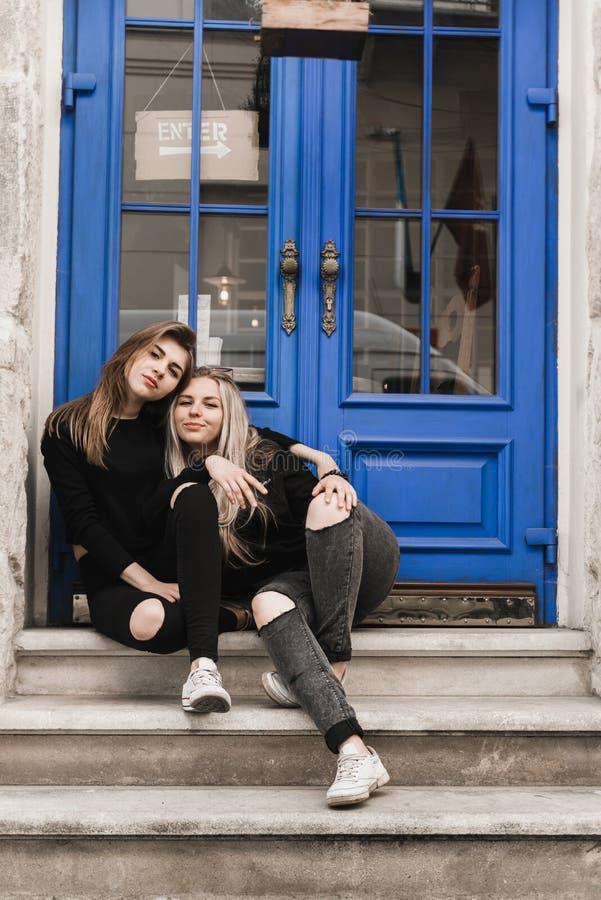 Retrato exterior dos jovens adolescentes bonitos felizes que viajam na cidade europeia velha, Lviv, Ucr?nia foto de stock