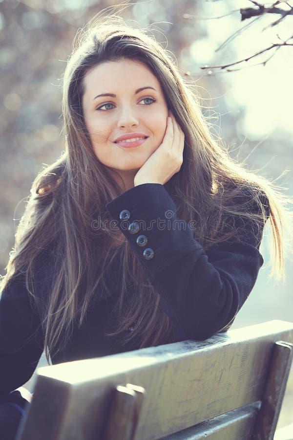 Retrato exterior natural de uma menina bonita foto de stock
