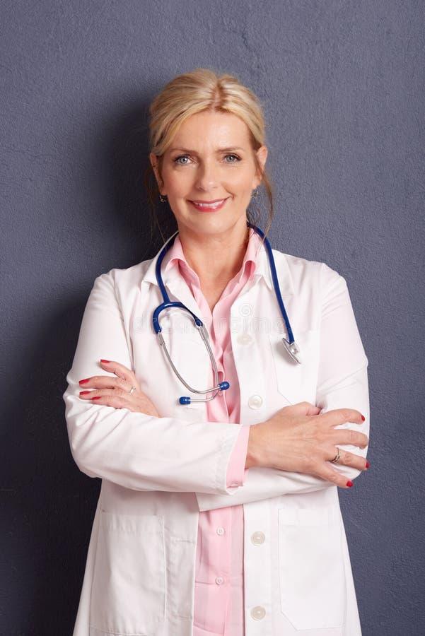 Retrato fêmea bonito do doutor fotos de stock royalty free