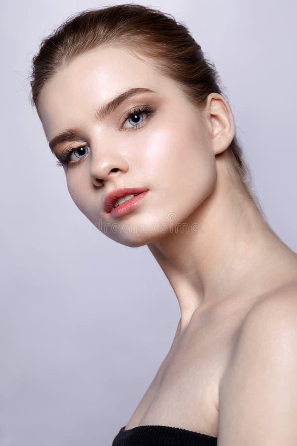 Retrato fêmea da beleza do jovem adolescente com composição do dia foto de stock royalty free