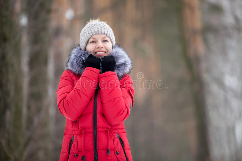 Retrato fêmea fora no revestimento vermelho do inverno, olhares in camera fotografia de stock royalty free