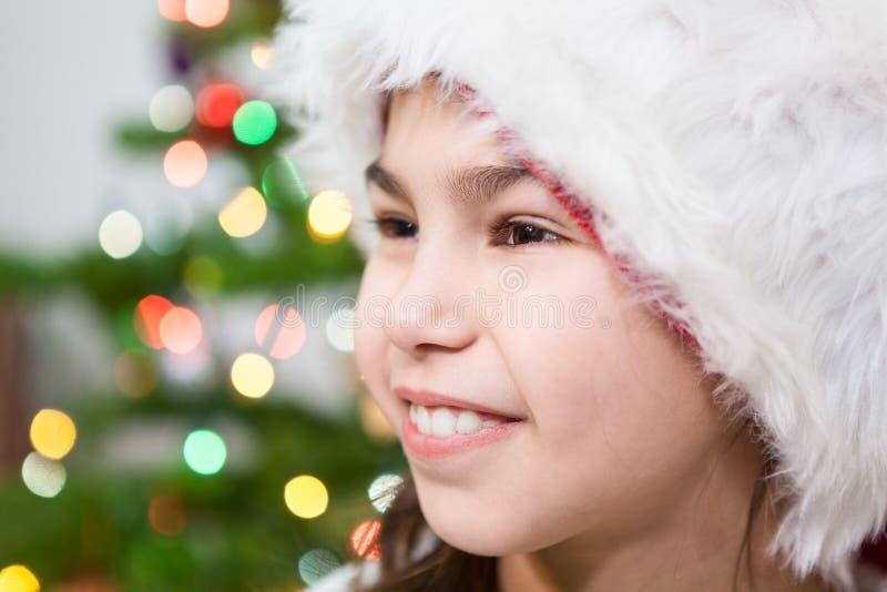 Retrato facial da menina do Preteen no fundo da luz da árvore de Natal, copyspace fotografia de stock