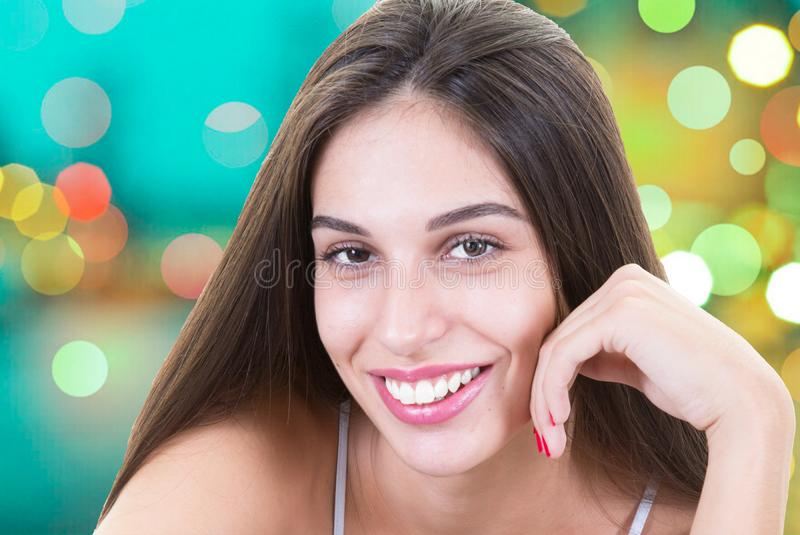 Retrato facial de la cara divertida feliz de la mujer que ríe con el fondo del calor foto de archivo