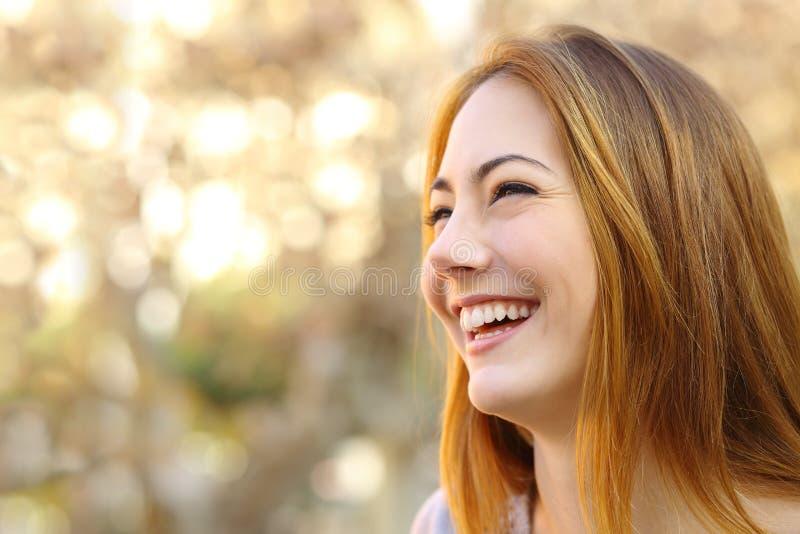 Retrato facial de um riso engraçado da cara da mulher foto de stock
