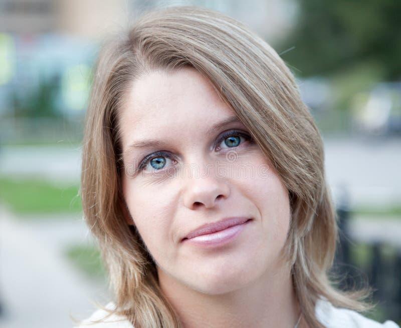 Retrato facial do close-up da jovem mulher com sorriso na cara imagem de stock