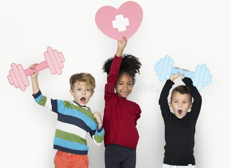 Retrato feliz alegre del estudio de la aptitud de los niños fotografía de archivo