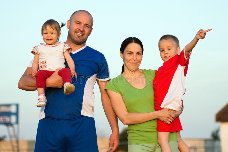Retrato feliz da família ao ar livre fotografia de stock