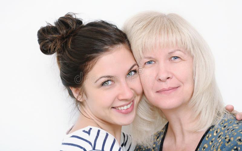 Retrato feliz da família da mãe e da filha de sorriso de abraço o imagens de stock royalty free