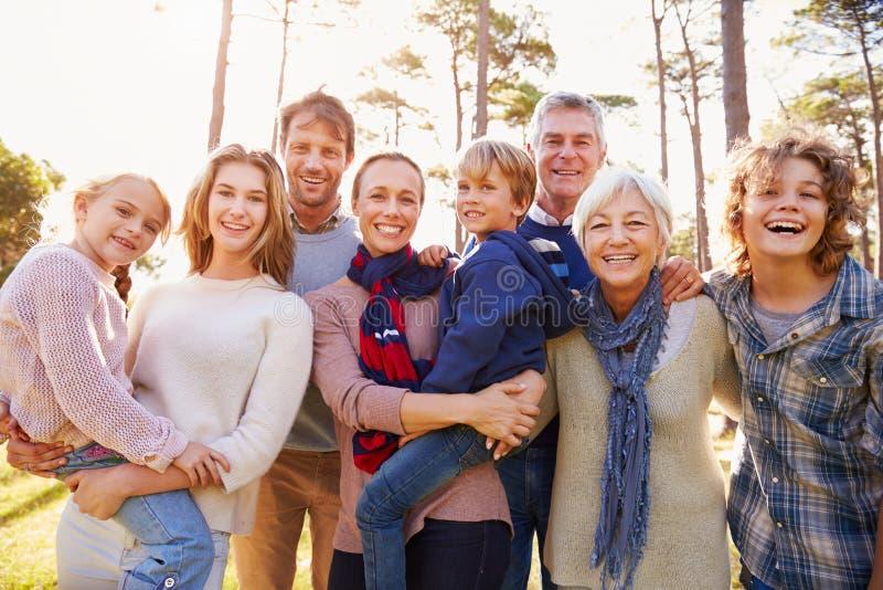 Retrato feliz da família da multi-geração no campo imagens de stock