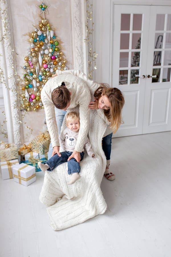 Retrato feliz da família na casa - gene, mãe grávida e seu filho pequeno Ano novo feliz Árvore de Natal decorada fotos de stock royalty free