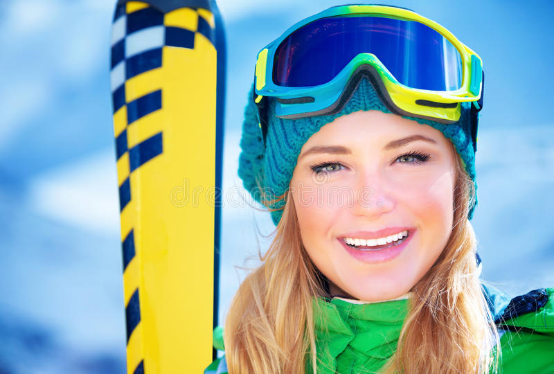 Retrato feliz da menina do esquiador fotografia de stock royalty free