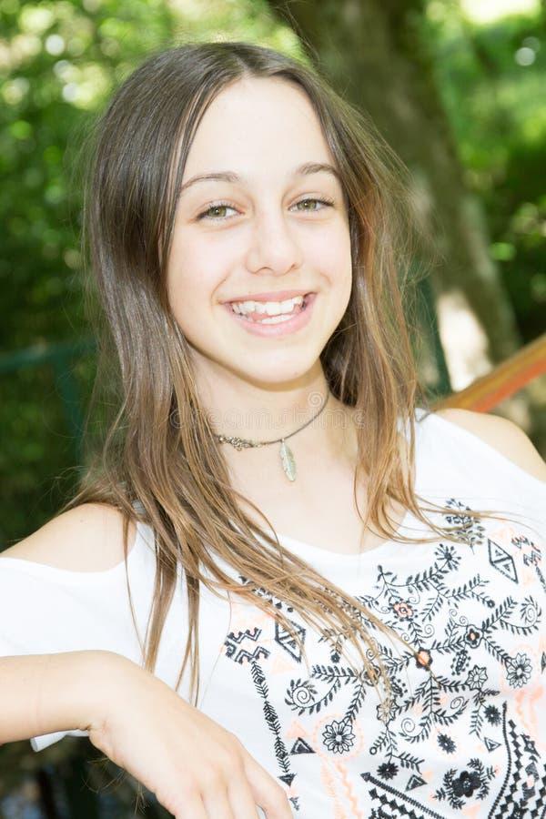 retrato feliz da menina do sorriso fora no verão imagens de stock